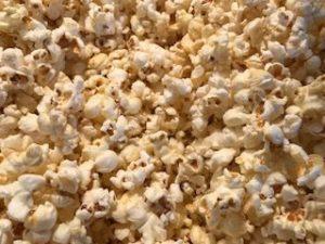 Frisches Popcorn aus der Popcornmaschien