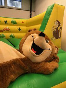 die hüpfburg am Kinderfest macht grossen Spass