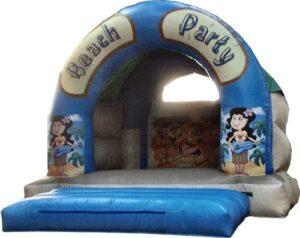 Kinder hüpfen an der Beach Party