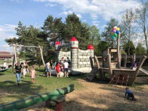 Kinderfest mit eineme Hüpfschloss das macht Spasss